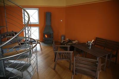 Ebene 5: Wohnzimmer mit Kamin